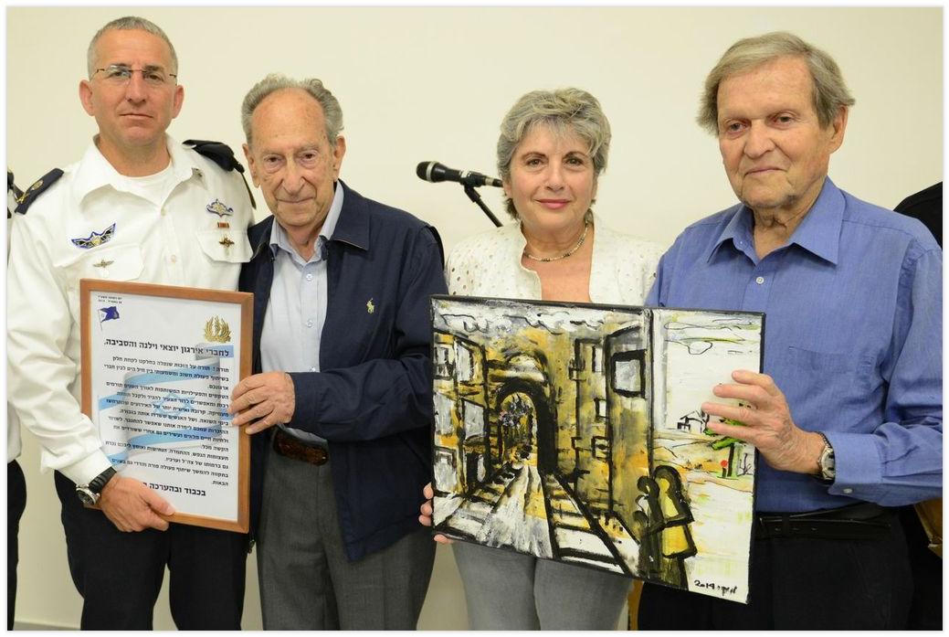 תעודת הוקרה מוענקת על ידי מפקד חיל הים האלוף רם רוטברג לנציגי איגוד יוצאי וילנה
